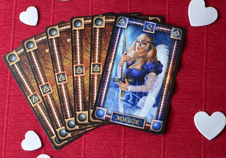 Królowa Mieczy tarot wygląd